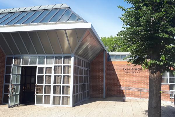 Gebäudeeingang mit geöffneter Türe
